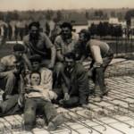 """Lussemburgo - emigranti su un cantiere di lavoro: Lorenzo Morocutti """"Garene"""", Vincenzo Englaro """"Pizziniti"""", Mario Moro."""