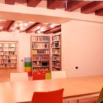 Ampi spazi permettono un agevole consultazione delle librerie.
