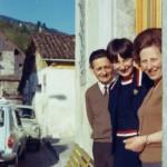 Anni '60 - La famiglia al completo sulla porta di casa.