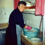 Romilda Morocutti al lavoro in cucina: capace ed esperta cuoca.