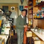 Anni '80 - Galdino al lavoro dietro il bancone del bar.
