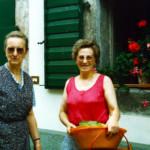 Maria Candusso con la preziosa Tonina al rientro dall'orto.