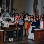 """1973 Gli """"Alleluia"""" e il coro durante un'esibizione nella chiesa di Treppo"""