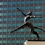 "L'opera bronzea ""Jeté"" situata lungo Millbank a Londra"