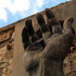 """L'opera """"Mano di Cristo"""" presso il cimitero di Treppo"""