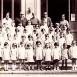 Sulla scalinata della scuola dell'infanzia
