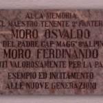 La lastra commemorativa posta all'ingresso delle ex-scuole elementari