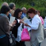 Manuela mentre regala ai presenti un bellissimo pensiero in ricordo dell' evento