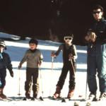 Alcuni bambini a scuola di sci assieme all'istruttore Paolo Del Linz