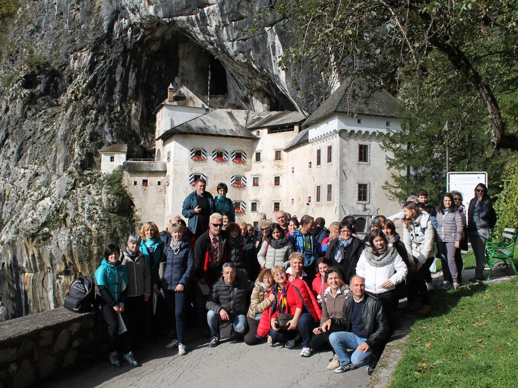 gruppo-allentrata-al-castello-di-predjama
